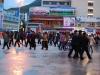 Danse sur la place de Kangding: la police fait sa ronde en sens inverse?!